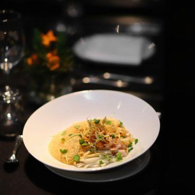 Lobster Noodles mit Wan Tan Stroh